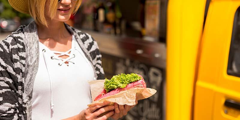 mulher com sanduiche na mão